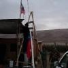 """En medio del desierto Carabineros del Retén Central regaló mástiles y banderas a lugareños de Pampa """"San Martín"""""""