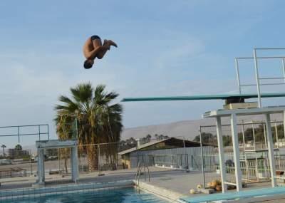 De cabeza al agua clavadistas cuentan con nuevo trampol n for Trampolin para piscina